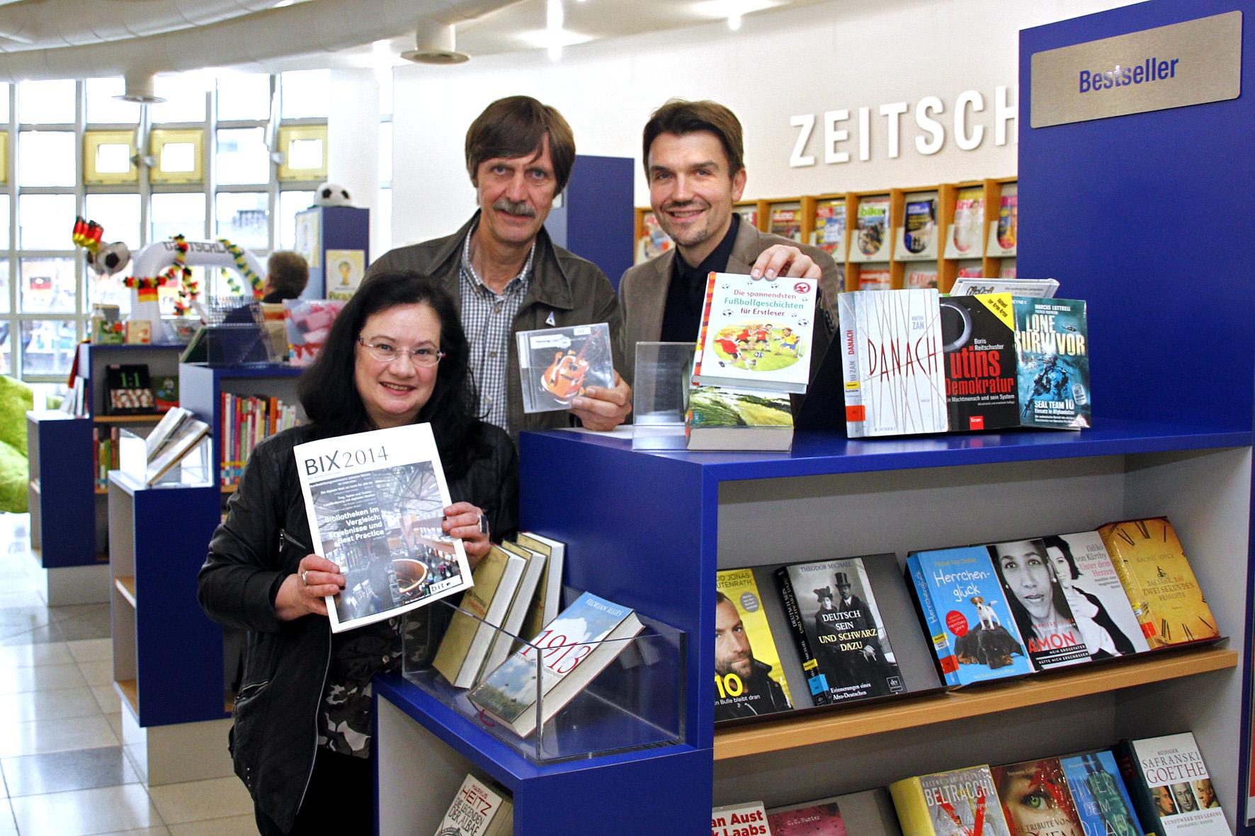 Leiterin der Stadtbibliothek Marie-Luise Karla, Fachbereichsleiter Bildung, Kultur und Sport Ulrich Stromberg und Bürgermeister Dr. Uli Paetzel freuen sich über die Topergebnisse des bundesweiten Bibliotheksindex.
