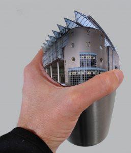 Hand mit so einer Art Glashaus-Becher